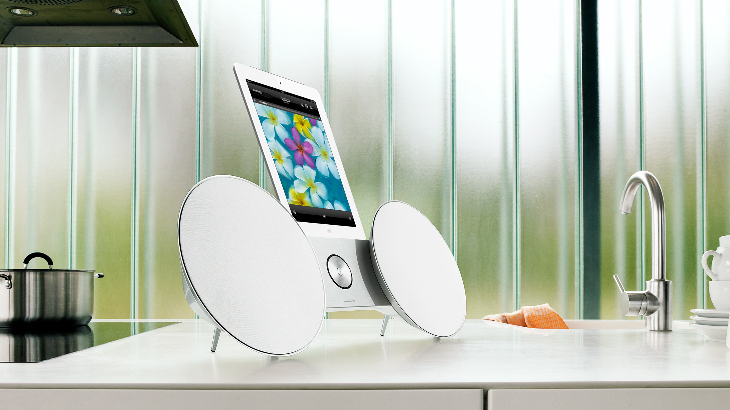 bang olufsen beosound 8 white electronics. Black Bedroom Furniture Sets. Home Design Ideas