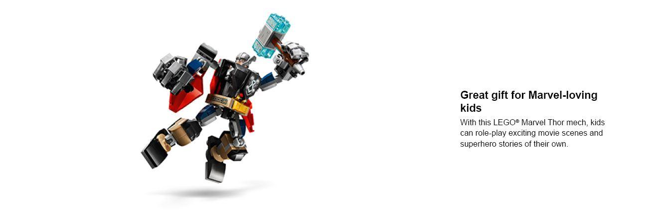 gros plan d'un enfant jouant avec une figurine lego
