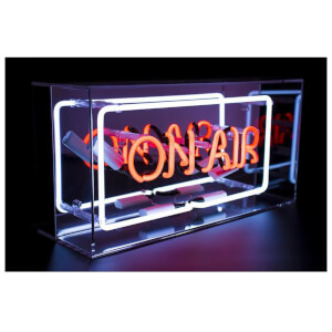 Plexiglas box met neon 'On Air'-bord