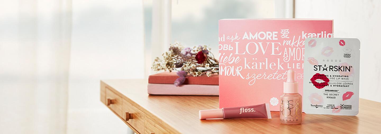 Kuukauden boksi on täynnä jännittävää kosmetiikkaa ja ihonhoitoa, joiden avulla luot raikkaan lookin vuoden rakkauskuukauteen! Kaikki glossiet saavat mm. innovatiivista seerumia Figs & Rougelta, romanttista huulikiiltoa Floss Beautylta ja huulia hoitavan naamion Starskinilta!<br><br> Liity tilaajaksi ja saat 30 % alennuksen kuukauden boksista koodilla VALENTINES30 ❤️