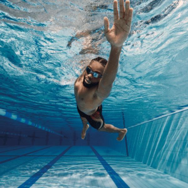 SCHWIMM-TIPPS Verbessere Deine Schwimmtechnik und Fitness mit Lernprogrammen und Ratschlägen von Top-Athleten und Schwimmtrainern.