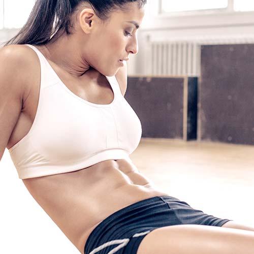 Vrouwelijke atleet rusten in sportschool