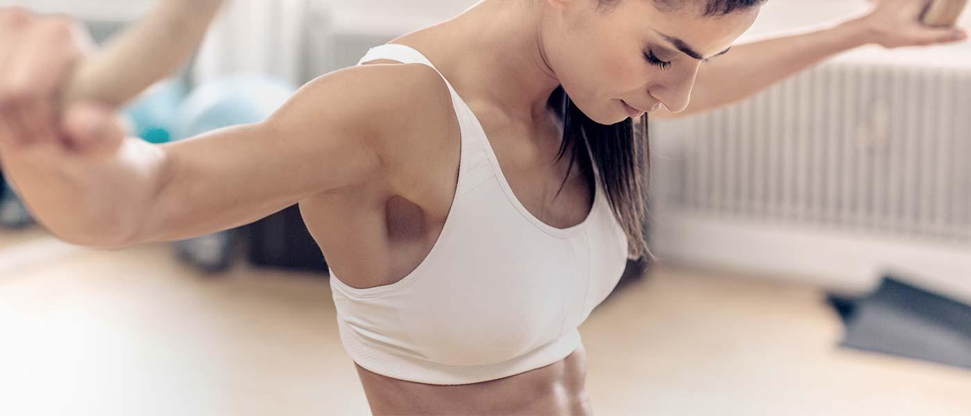 image fitness banner van vrouwen met vrouwelijke atleet in studio sportschool