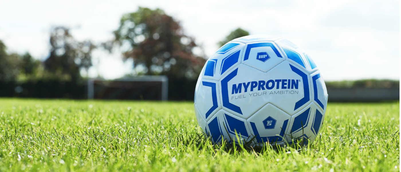 Myprotein branded voetbal buiten op gras voetbalveld