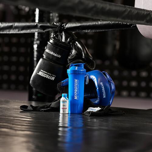 Myprotein boxerské vybavení, shaker a připraven k pití proteinový koktejl