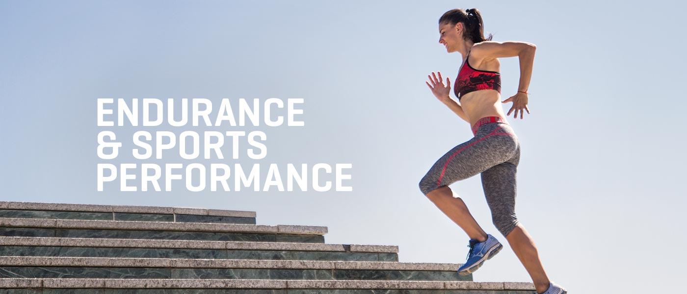 Atletka běží po schodech v myprotein sportovní podprsence a legínách