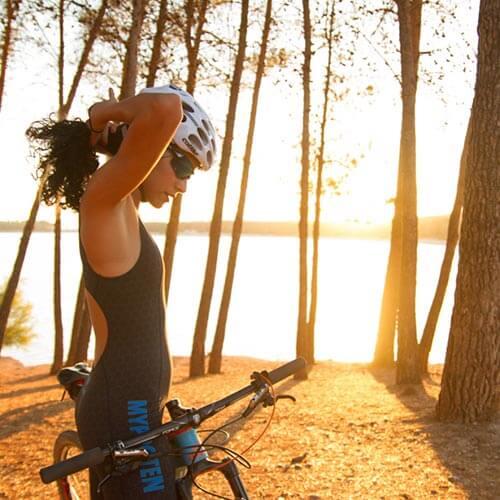 Kvindelige cyklist opvarmning op i myprotein Triatlon kulør