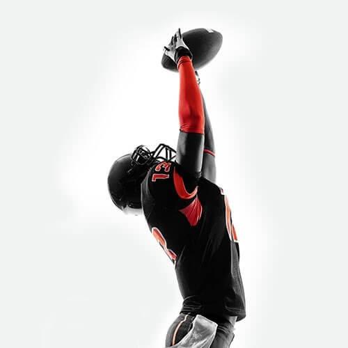 Amerikansk fodboldspiller modtager bold