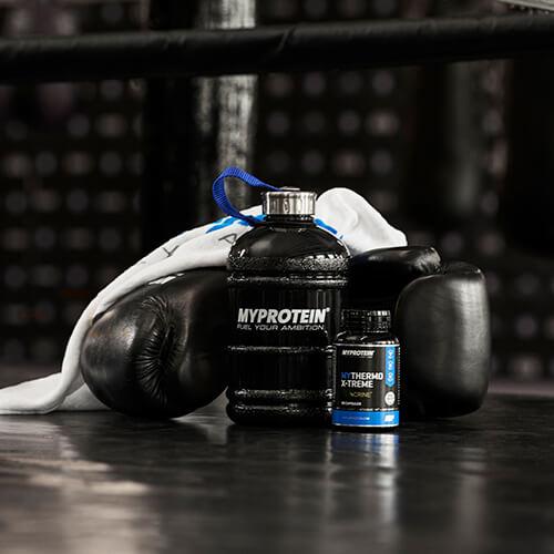 Myprotein boksning udstyr med halv-gallon vand bottleand mythermo-exterme produkter