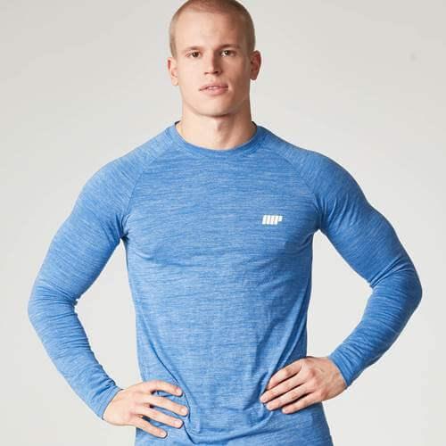 Mand fitness model iført blå myprotein sportspræstationer top