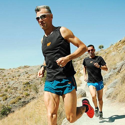 Atletas corriendo en montaña