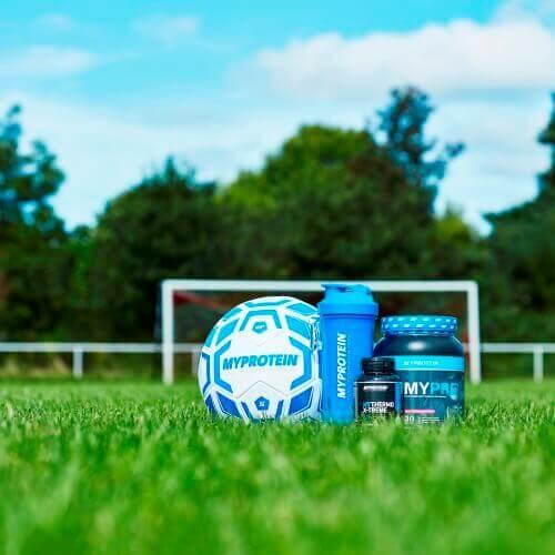 myprotein merkkisten jalkapallo, sininen ravistuspulloon, mythermo ja mypre jalkapallo kenttä.