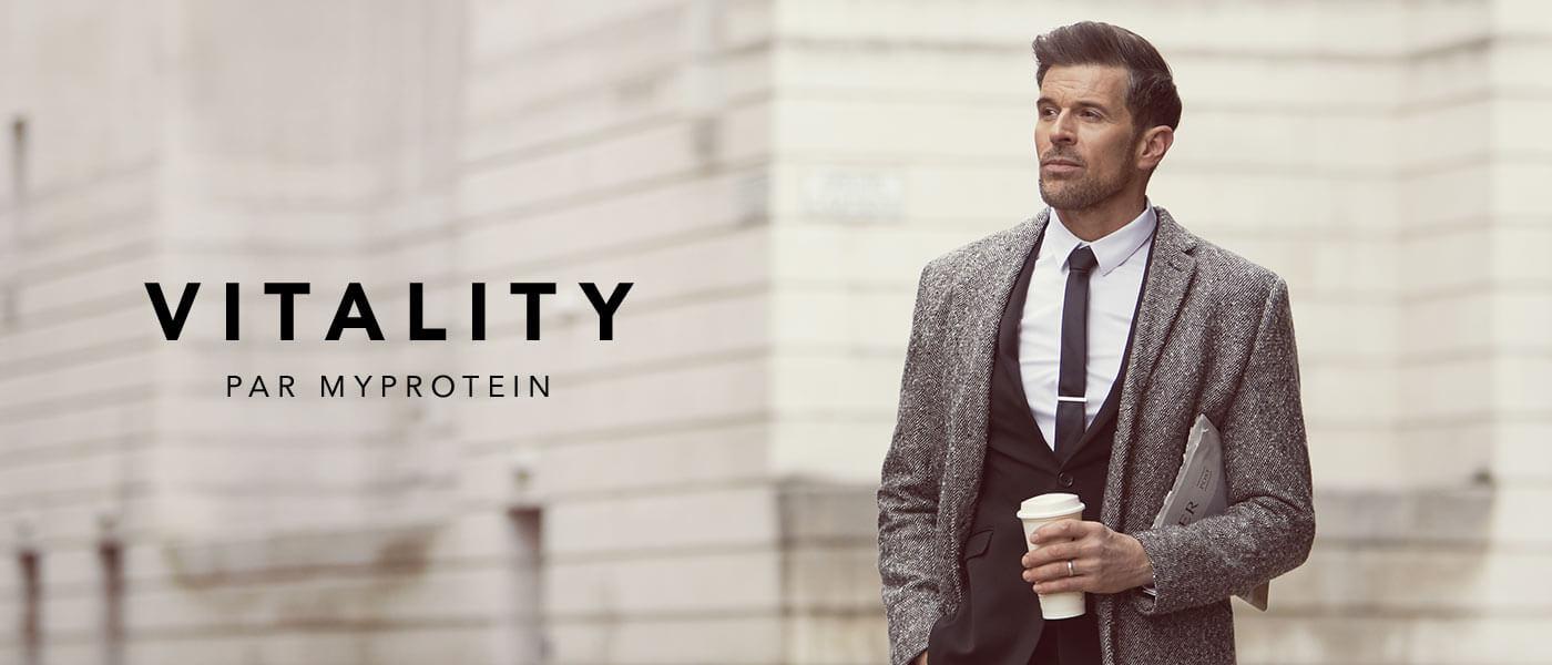 un homme mur présentant la gamme vitality