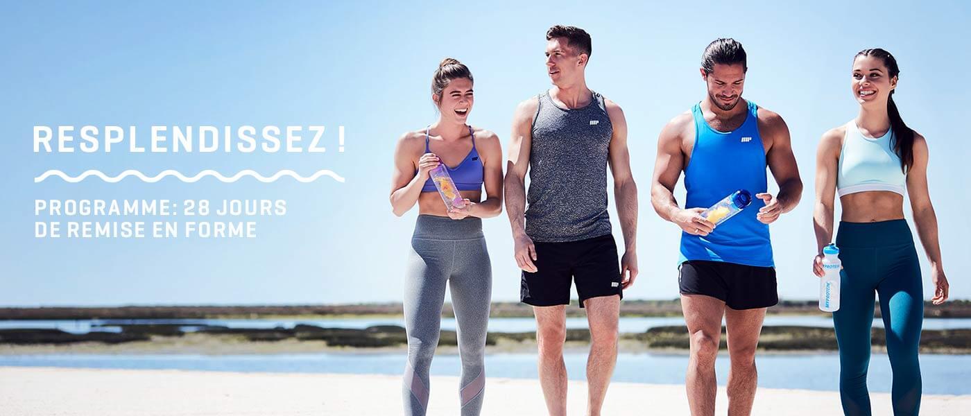 Quatre jeunes sportifs sur la plage