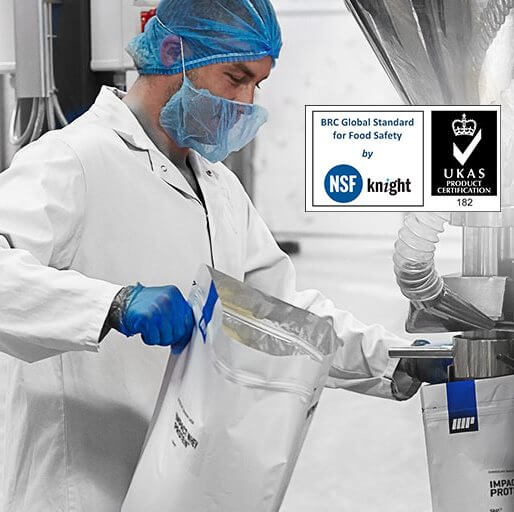 chercheur dans laboratoir de myprotein avec label UKAS product certification BRC Global Standard for food safety