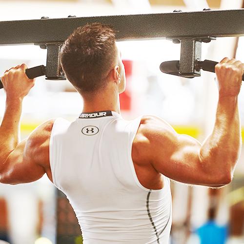 muški sportaš obavlja pull-ups