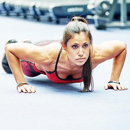 atletičarka u myprotein teretanu odjeću obavljanju sklekove
