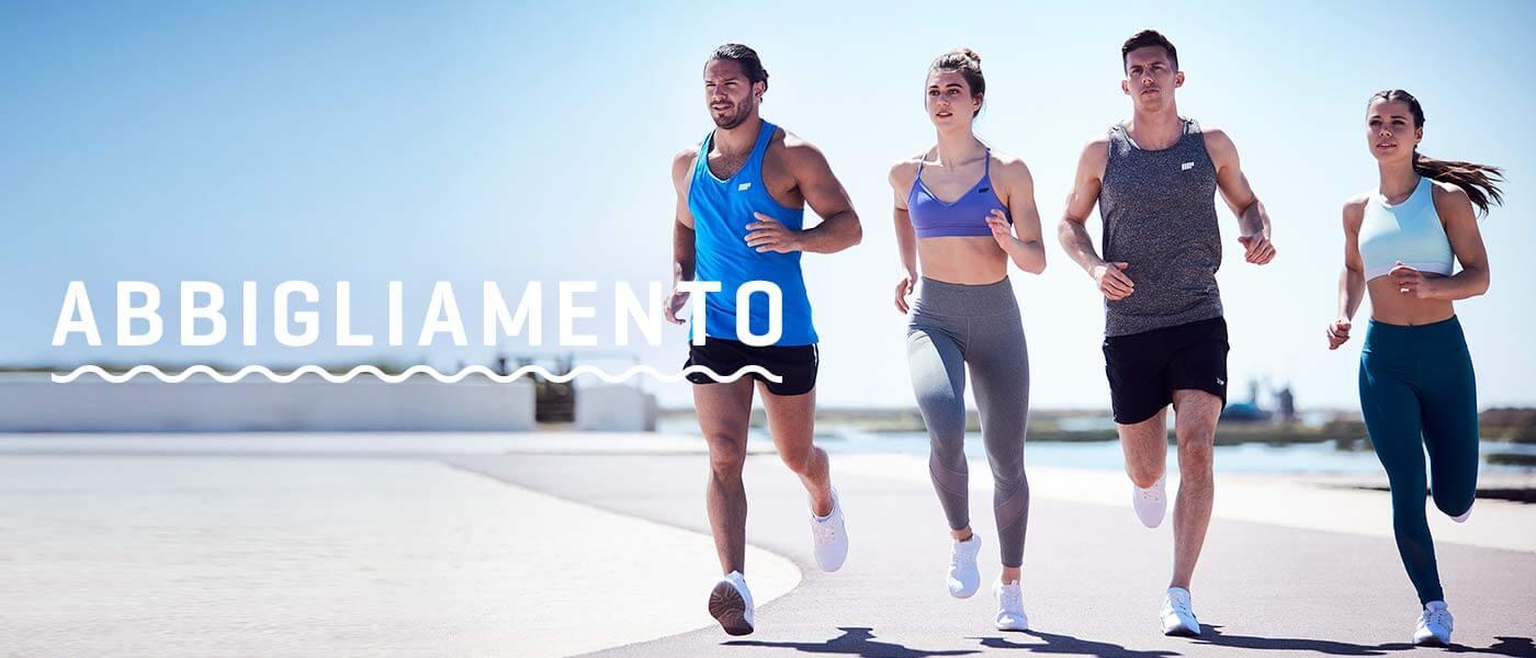 4 ragazzi che corrono con abbigliamento sportivo