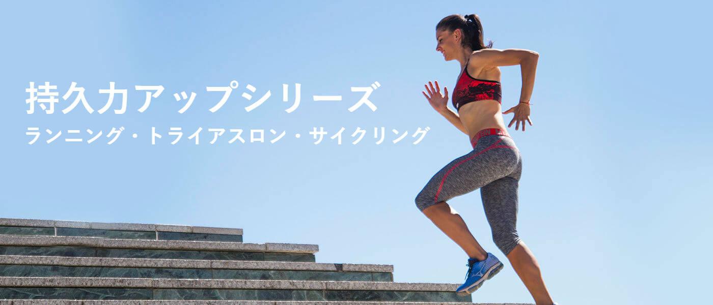 マイプロテインのスポーツブラとレギンスの手順を実行している女性モデル