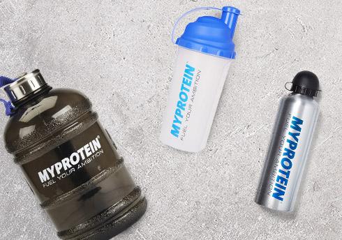 シェーカーボトルとハーフガロンの水のボトルを含むマイプロテインボトルやシェーカーアクセサリー、。