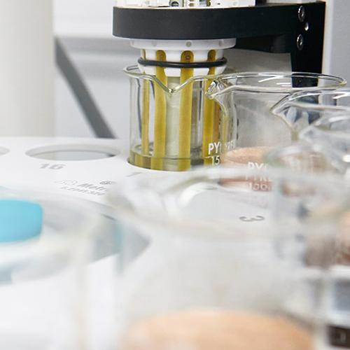 elektronische tong en neus machine gebruikt in de productie-installatie om de kwaliteit van myprotein producten te testen