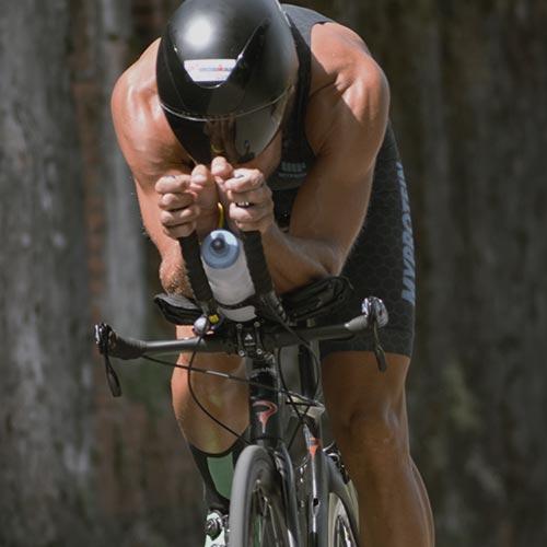 mannelijke fietser die in myprotein triathlon suit