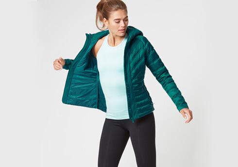 kobiet modelu noszenie myprotein lekką kurtkę rozdymkowate