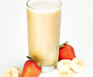 стакан с протеиновым коктейлем