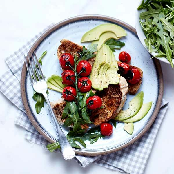 Receta Saludable de Tapas de tomate asado, aguacate y rúcula