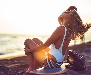 So schützt du dein Haar in der Sonne