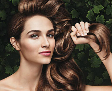 Kvinde som holder sit hår