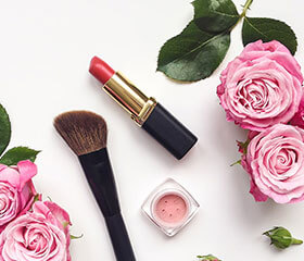 Læbestift og makeupbørste
