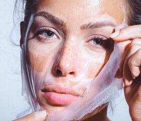 Kvinde tager ansigtsmaske af