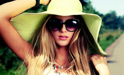 Kvinder med stor sol hat på
