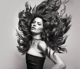 Kérastase model med håret i vinden