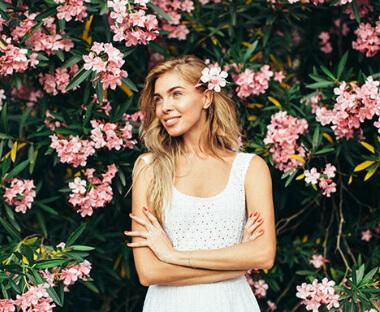 Pige med busk og blomster