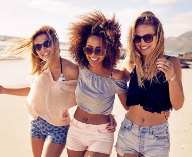 piger på stranden