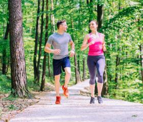 fitness og toning mand og kvinde løber