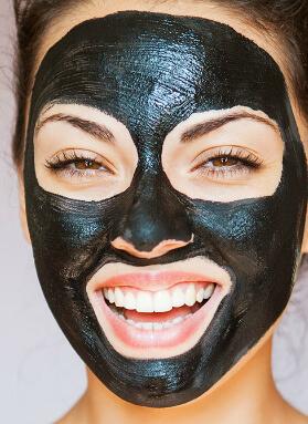 kvinde med charcoal maske