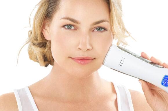 kvinde med tria produkt på ansigtet