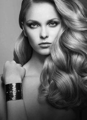 mystisk kvinne med vakkert hår